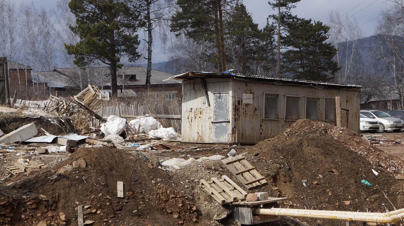 ОПАСНОСТЬ ЗА ЗАБОРОМ (Строительный мусор за домом)