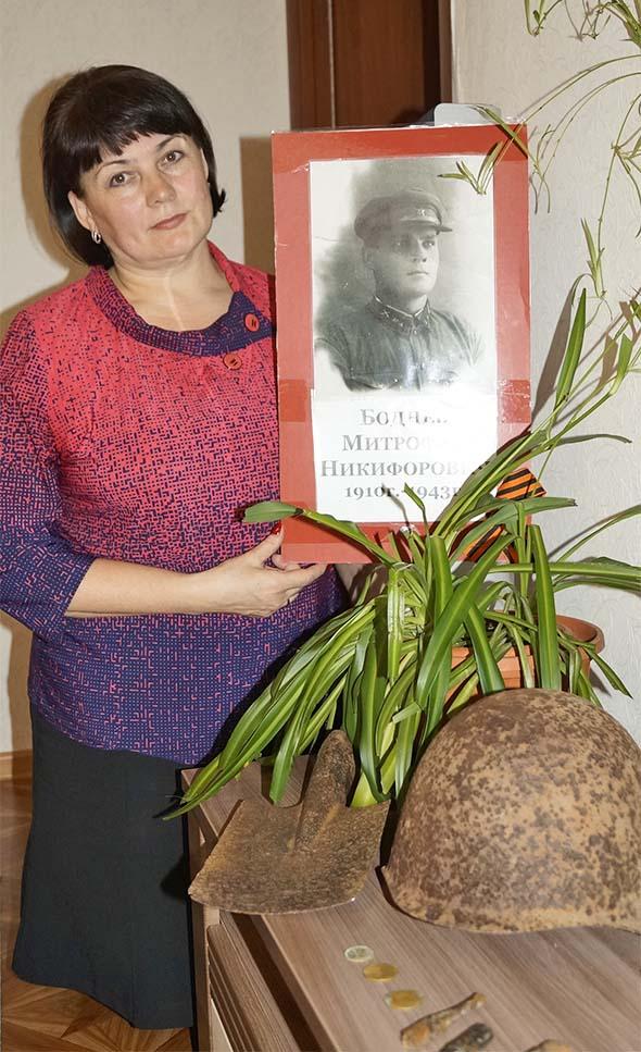Ирина Владимировна Середа с фотографией дедушки и его личными вещами