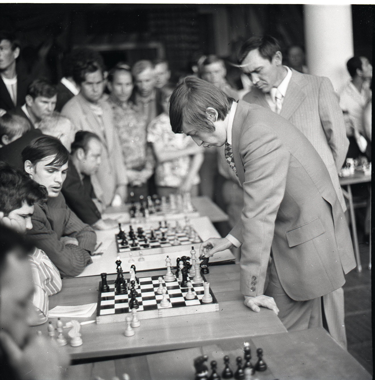 Играет чемпион мира по шахматам А.Карпов. Дивногорск.