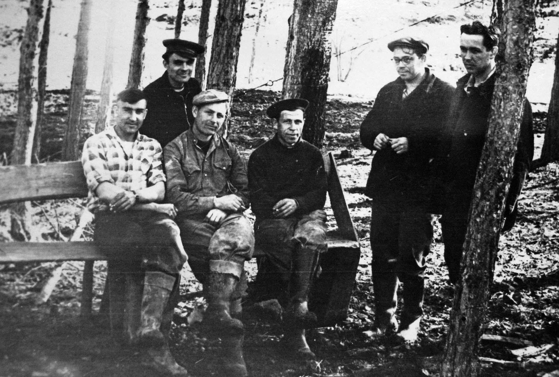 Бригадир Иван Горбанович (крайний слева) со своей бригадой трубопроводчиков