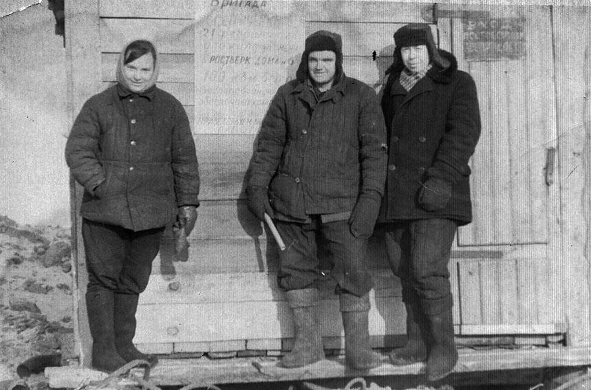 При закладке дома №5 по улице Набережной. В.П. Виноградов крайний справа